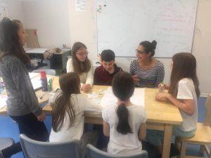 Учителите на маса с ученици