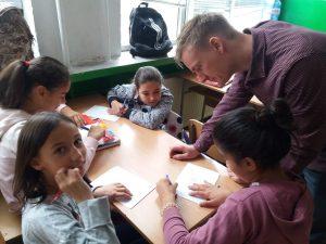 Учител обяснява на ученици