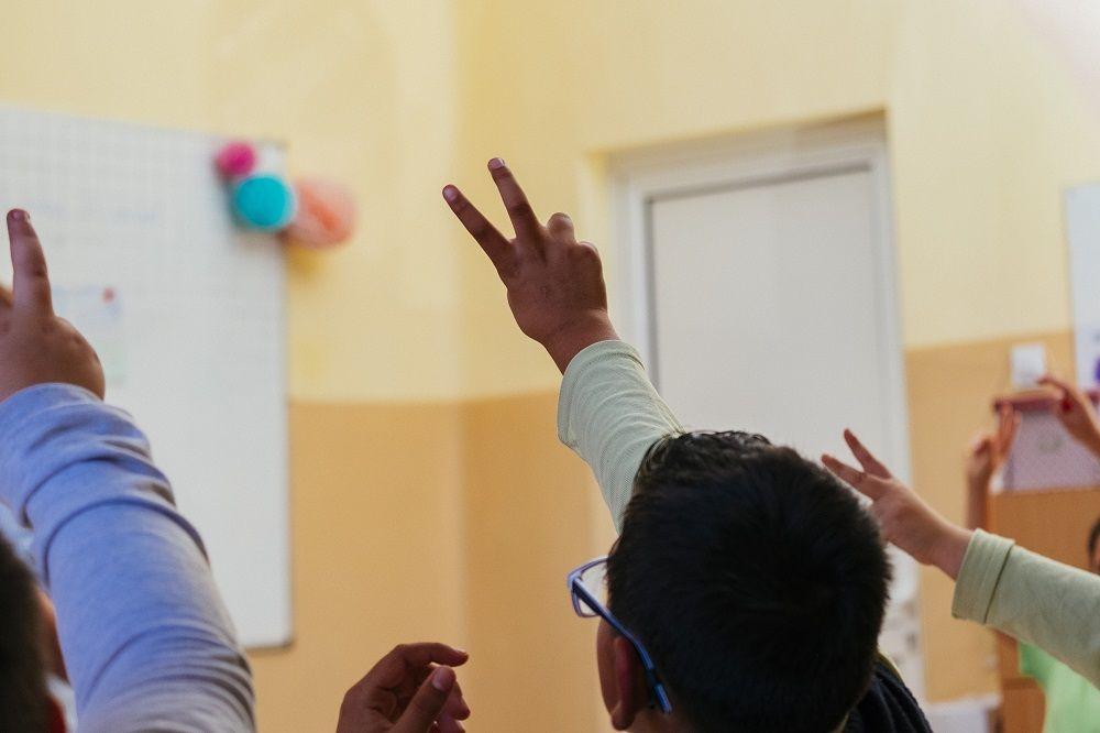 Ученик вдига ръка - заедно в час