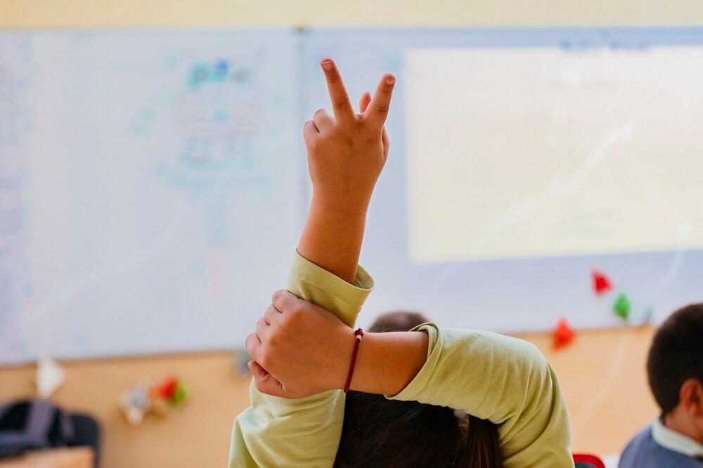 Дете вдига ръка в час