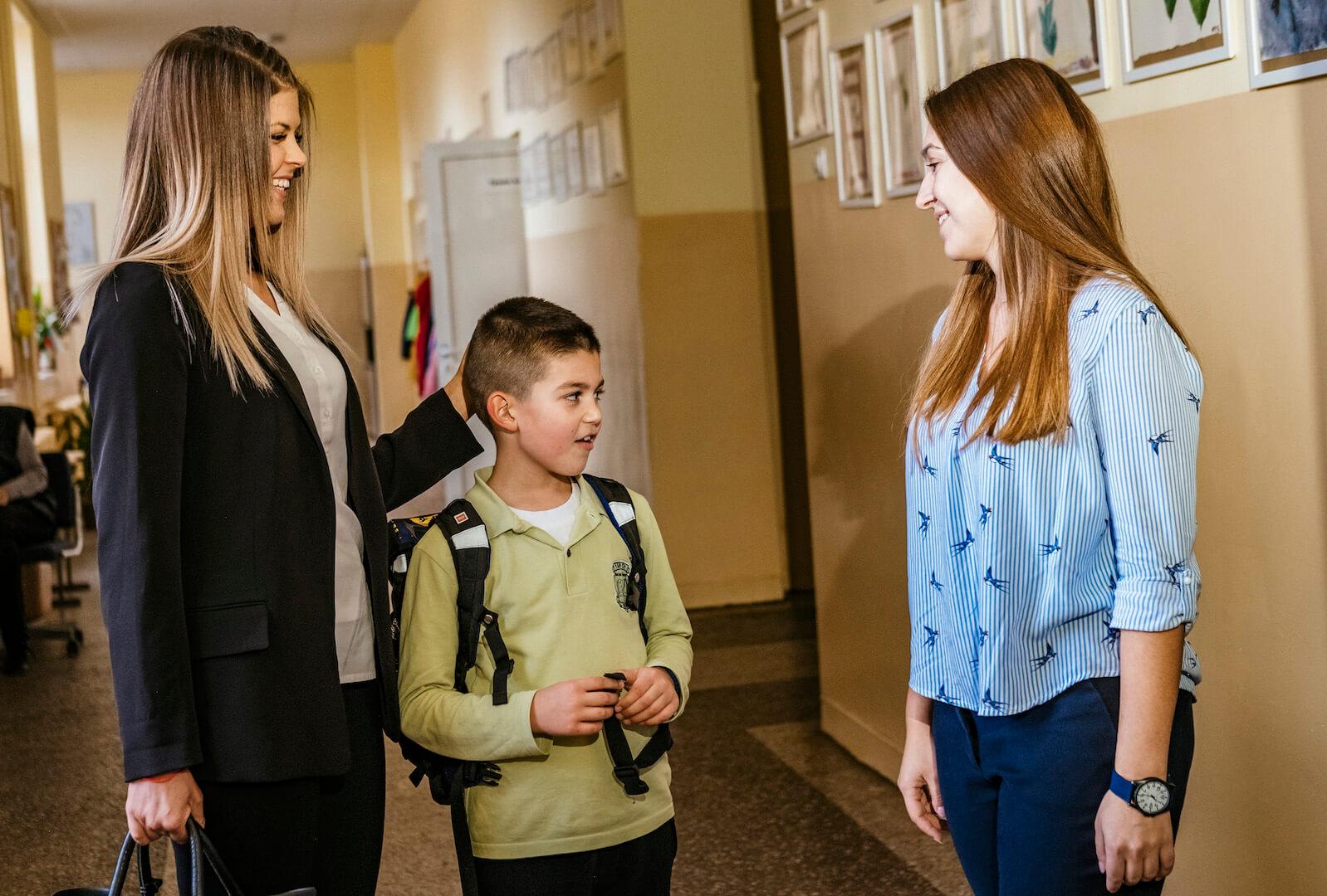 Родител разговаря с учител на Заедно в час