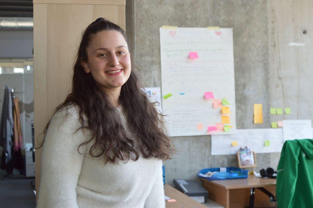 """Карина Азизян в офиса на """"Заедно в час"""", малко след започване на първите обучения от предварителното обучение в програма """"Нов път в преподаването"""""""