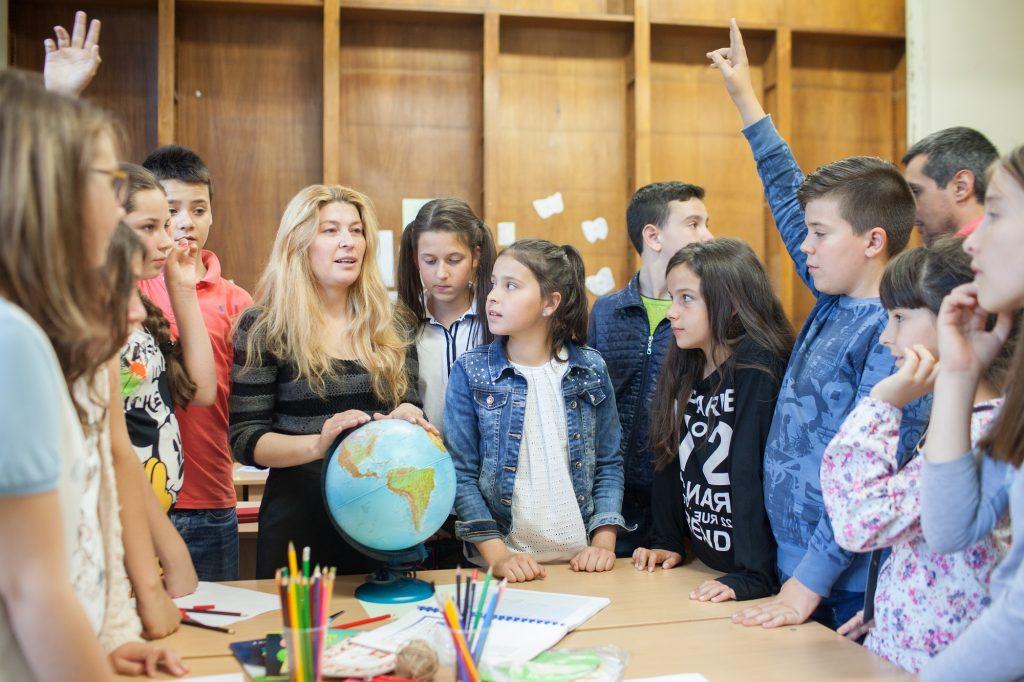 Учител с ученици заедно в час
