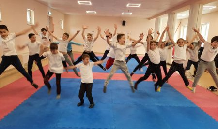 Над 1000 ученици от цялата страна се предизвикват с кауза и тренират с ултамаратонеца Краси Георгиев