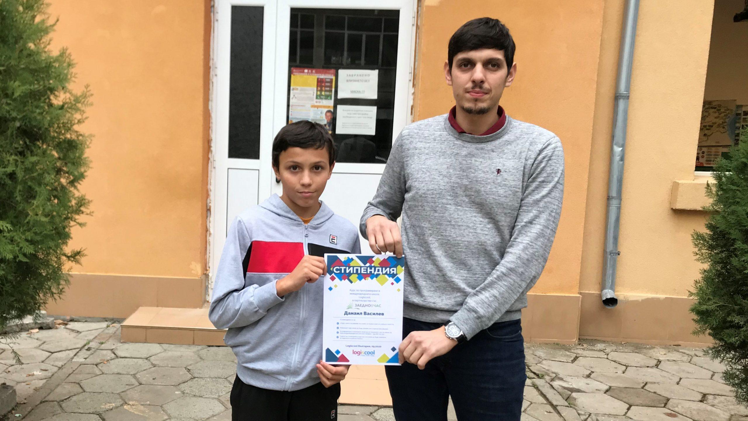 младите програмисти Даниел Василев с учителя си Емил Емилов
